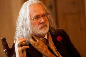 Harald Schmidt geht ganz in der Rolle des Grafen auf.