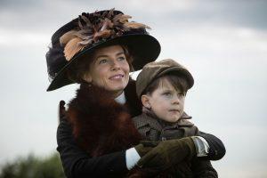 Steht voller Überzeugung hinter ihrem Mann: Nina Fawcett (Sienna Miller) mit dem erstgeborenen Sohn Brian (Daniel Huttlestone)